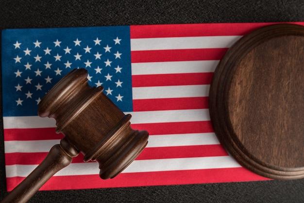 Судья молоток на флаге соединенных штатов америки. закон и справедливость. законные права и свободы.