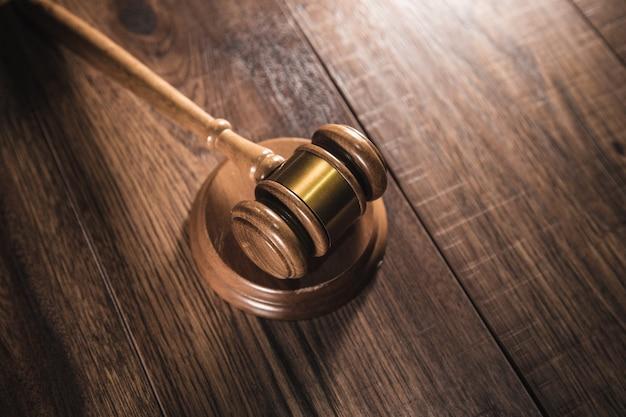 Молоток судьи на сером столе. концепция закона