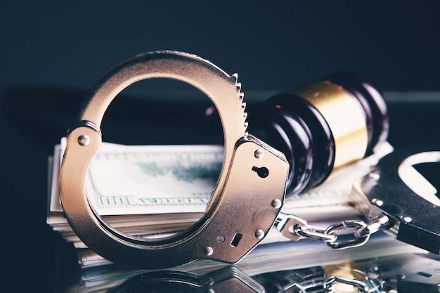 Судейский молоток о деньгах и наручниках. конец коррупции