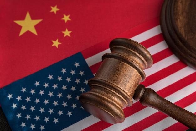 Судейский молоток на флаге сша и китая. торговая война между китаем и сша. юридическая борьба.