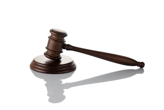Молоток судьи на белом фоне