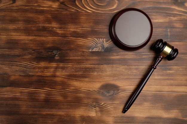Судья молоток на деревянном фоне с видом сверху и копией пространства