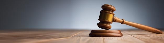 木製のテーブルでガベル裁判官。法の概念
