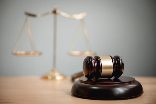木製のテーブルの裁判官の小槌