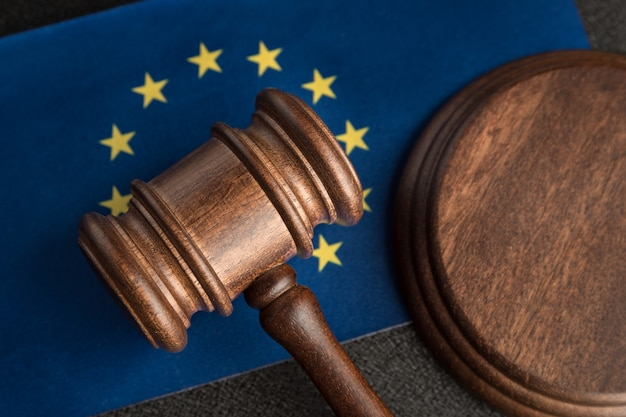 Судья молоток над флагом европейского союза. обучение юриспруденции в европе. понятие законности.