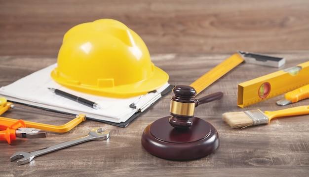 ガベル、安全ヘルメット、作業工具を審査します。建設法