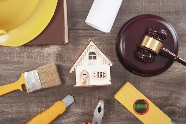 ガベル、安全ヘルメット、家および作業工具を判断します。建設法