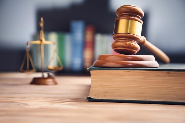 ガベル裁判官、正義と法の本のスケール。