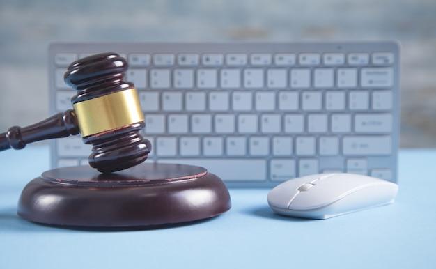 컴퓨터 마우스와 키보드로 판사 디노.