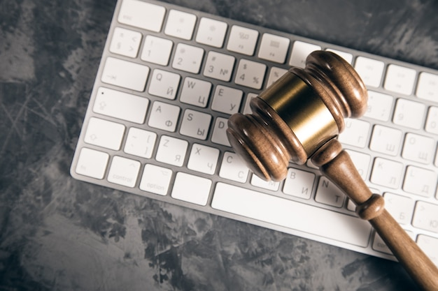 コンピューターのキーボードでガベルを判断します。インターネット犯罪の概念