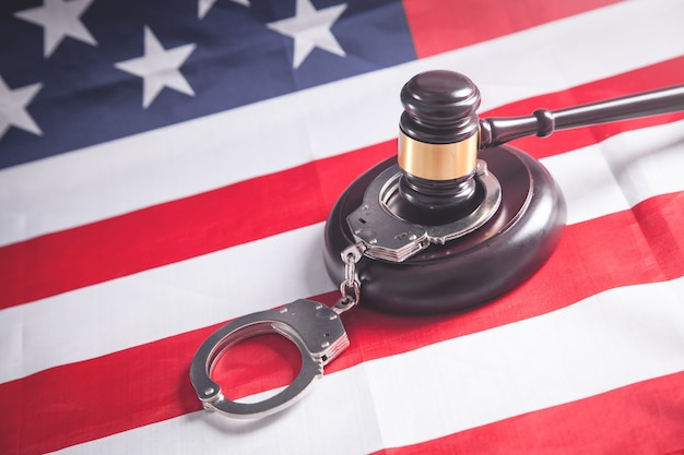 宇佐旗に手錠をかけたガベル裁判官。