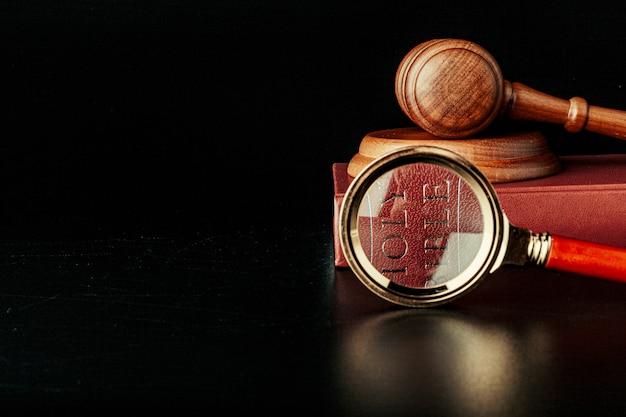 聖書と小gaveの裁判官