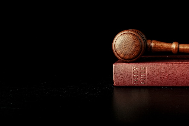 聖書と裁判官の小槌