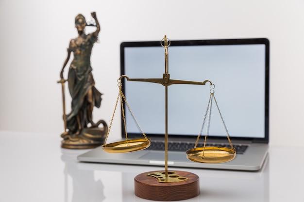 法律事務所のバックグラウンドでチームミーティングを行っている司法弁護士とガベル裁判官。法と法務サービスの概念