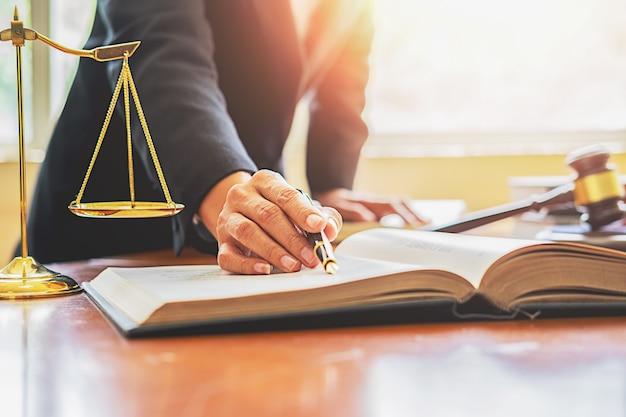 법무부 변호사와 변호사 판사 백그라운드에서 법률 사무소에서 팀 회의