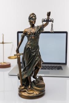 法律事務所でチームミーティングを行っている司法弁護士とガベル裁判官