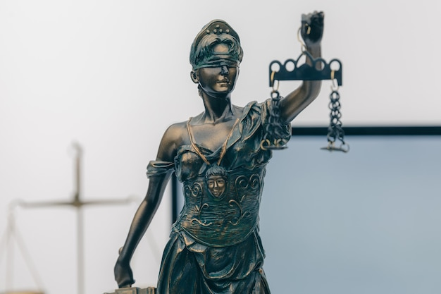 Судья молоток с юристами юстиции на встрече команды в юридической фирме