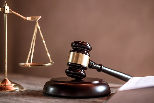 Судья молоток с юристами юстиции, объект документов, работающих на столе