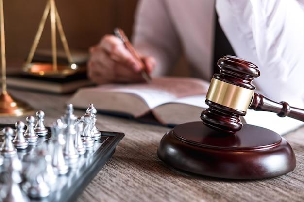 Судья-молоток с весами правосудия