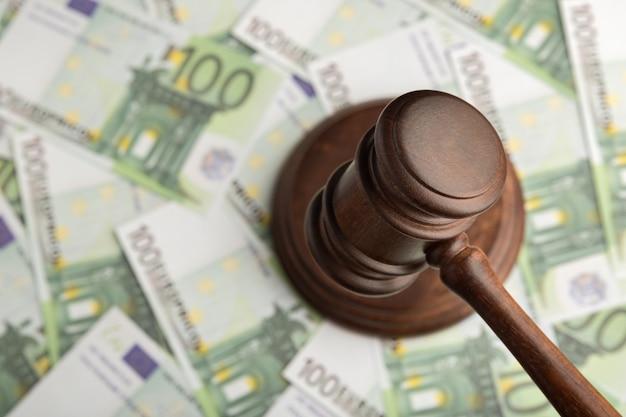 유로 지폐 배경에 판사 망치입니다. 돈에 판사 망치입니다. 부패한 법원.