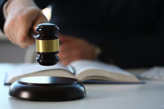 Судья держит молоток в руке ложь