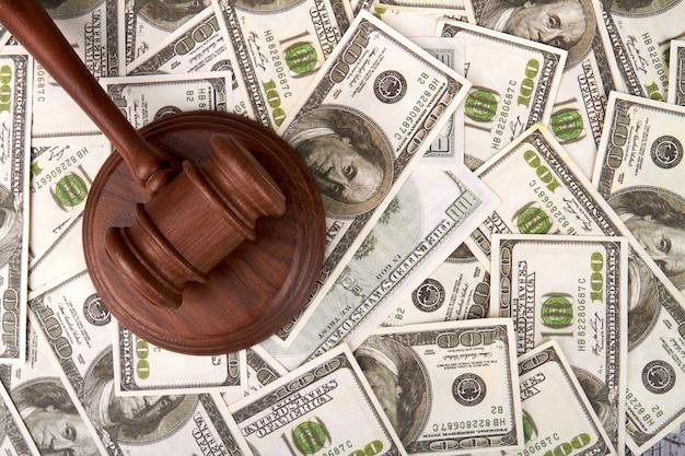 ドルの背景に裁判官ハマー