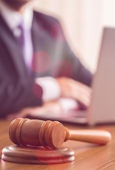 裁判官の法廷ガベル政府のビジネス契約
