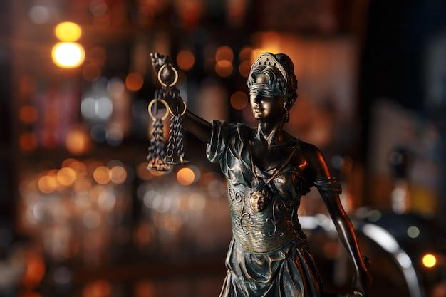 Судья адвокат молоток работает в офисе с балансом в концепции юридической фирмы