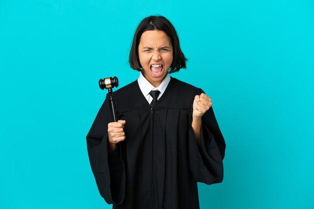 나쁜 상황에 좌절한 고립된 파란색 배경 위에 판사