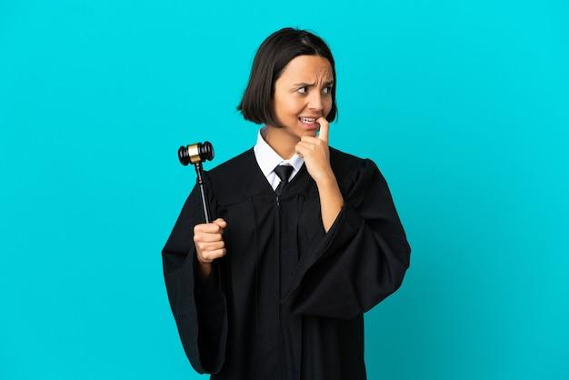 Судья на изолированном синем фоне нервничает и испуган