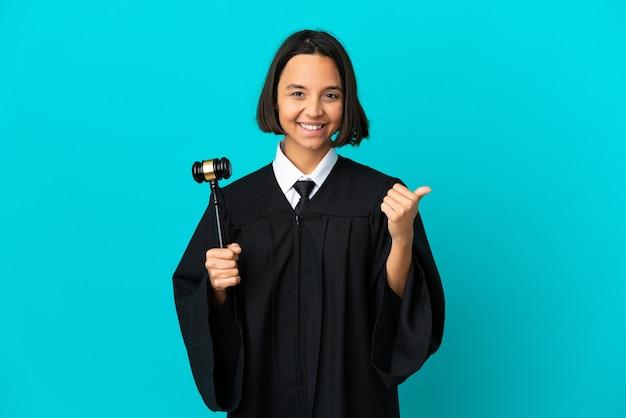제품을 제시하기 위해 측면을 가리키는 격리된 파란색 배경 위에 판사