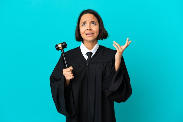 Судья на изолированном синем фоне подчеркнул поражение