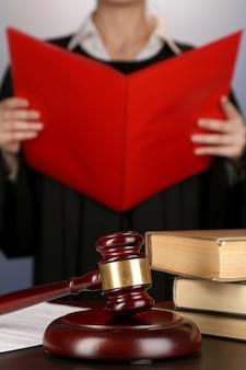 裁判官は紫色の背景に評決を読んだ