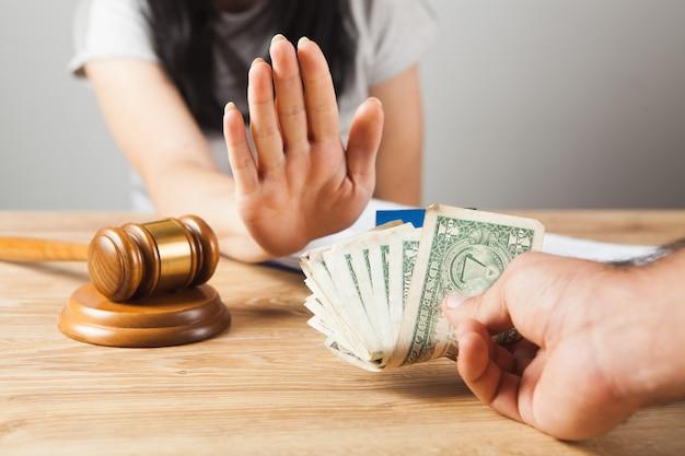 판사는 뇌물을 거부