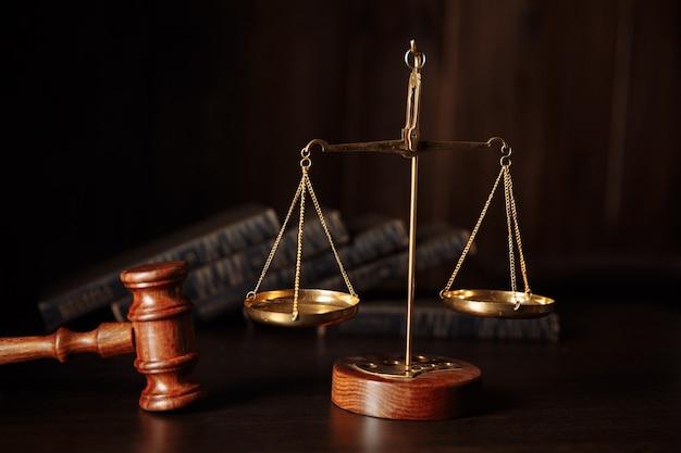 Судейский молоток и юридические книги. концепция закона.