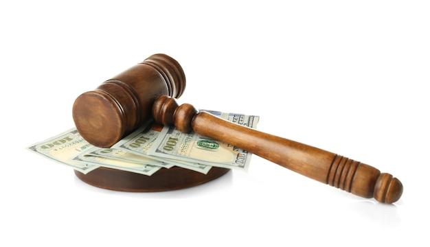 白い背景の上の裁判官のガベルとお金