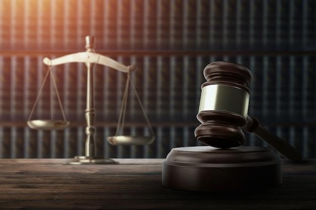 裁判官の小槌と木製のテーブルの上