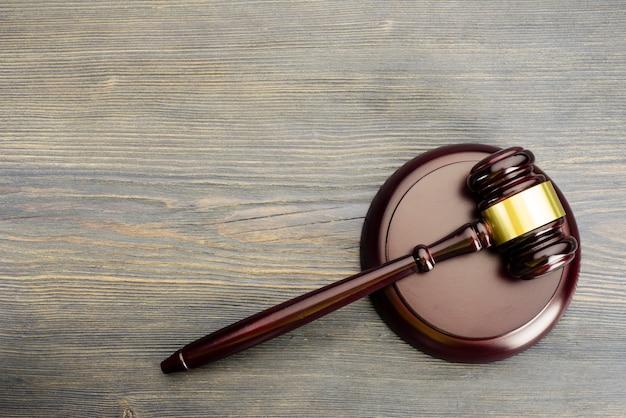 Молоток судьи на старом винтажном деревянном столе