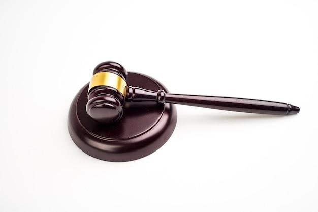 Концепция закона вид сверху молоток судьи