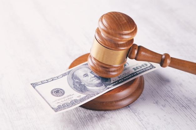 裁判官のハンマーとお金。腐敗
