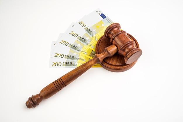 Молоток судьи и банкноты евро