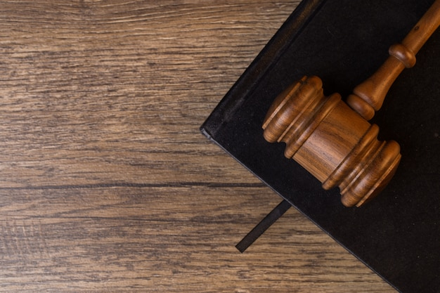 Молоток судьи л на черном блокноте