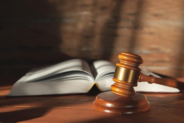 나무 테이블에 책에 판사의 망치
