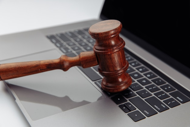 Деревянный молоток судьи на клавиатуре ноутбука Premium Фотографии