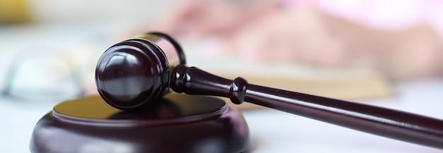 Деревянный молоток судьи на столе. понятие судебных решений в гражданских делах