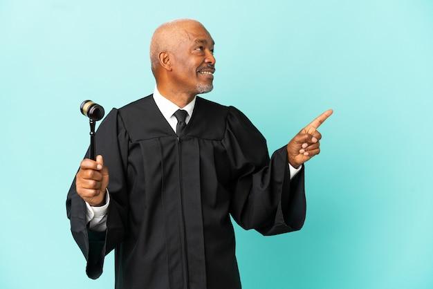 素晴らしいアイデアを指している青い背景に孤立した裁判官