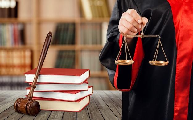 法廷、本、木製のガベルでスケールで裁判官