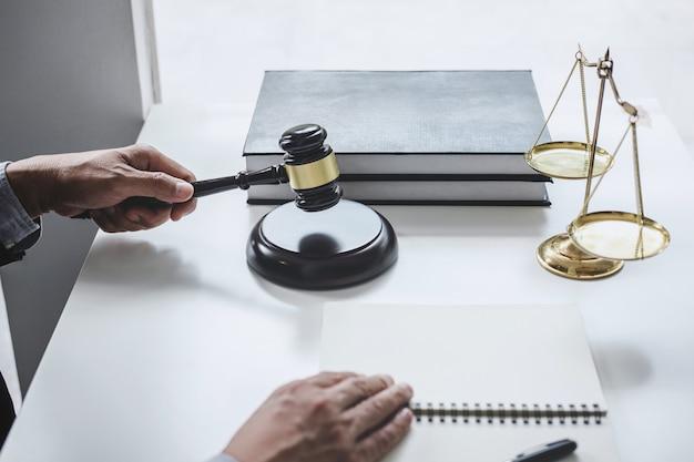 Судья работает с контрактными документами
