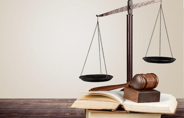 Судьи молоток и весы правосудия на фоне