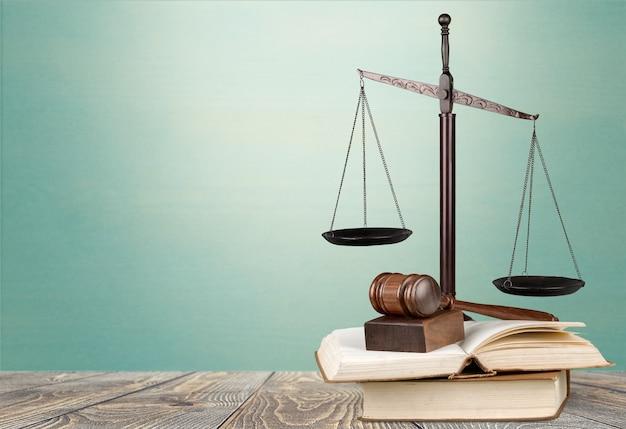 裁判官のガベルと背景に正義をスケーリングします